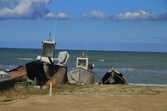 cerco marinaio.... - Marzocca (walterino1962) Tags: nuvole mare barche ombre luci riflessi spiaggia onde sabbia ancona ostra corde catena pescherecci gomene palettidilegno telidiplasticaegomma
