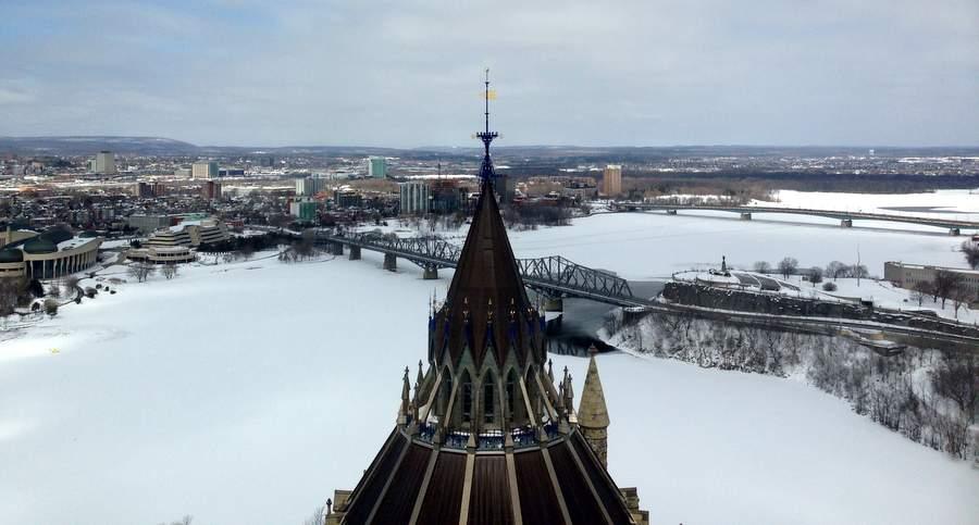 Вид на реку Outaouais из здания канадского парламента