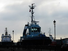 Blue Tug (LookaroundAnne) Tags: boat norfolk tug yarmouth greatyarmouth southquay