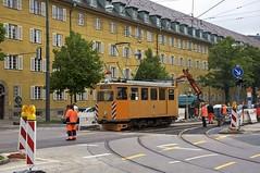 Fk-Wagen 2942 berquert die Kreuzung an der Borstei. Das Gleis Richtung Westfriedhof ist nicht angeschlossen (Frederik Buchleitner) Tags: 2942 abnahmefahrt arbeitswagen fahrdrahtkontrollwagen fahrleitungskontrollwagen fkwagen munich mnchen strasenbahn streetcar tram trambahn