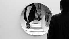 Efecto cuchara (b.pacheco46) Tags: bw sculpture art blanco mexico mirror blackwhite reflex arte contemporary negro bn espejo reflejo museo kapoor anish contemporaneo muac monocroma cdmx
