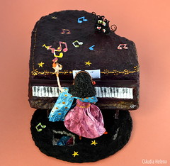 ♫♪ ♫♫♪♫ (* Cláudia Helena * brincadeira de papel *) Tags: papelmache papermache piano cores música music cláudiahelena papel papiermachè cor amor love escultura papersculpture artwork