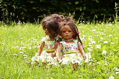 Zwei kleine Gänseblümchen ... (Kindergartenkinder) Tags: dolls himstedt annette ilce6000 sony essen park gruga kindergartenkinder leleti