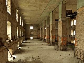 Une gigantesque salle vide située à l'étage