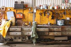 Autowerkstatt Stilleben (reinhard_srb) Tags: auto radio stilleben motor rohr schssel flasche schmutz taschenlampe kabel l kette lade werkstatt sge lumpen benzin bohrmaschine steckdose kbel kanister werkbank keilriemen bremsscheibe starterkabel eektro getriebereparatur