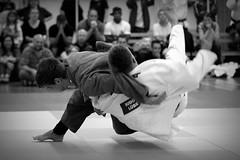 Judo (StellaMarisHH) Tags: judo canon deutschland eos europa hamburg technik sw tamron 70200 bergedorf matte kraft wurf kampf dynamik wettkampf schwarzweis judoka ausdauer photoscape 5dmkii canoneos5dmkii eos5dmkii tsgbergedorf jgsachsenwald