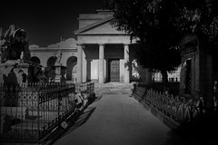 ARQUITECTURA POSTUMA (Dani Morell) Tags: barcelona cemetery arquitectura mort tomb escultura catalunya blanc tombs tomba negre urba ciutat funebre poblenou tombes catalans cementiri escultures paisos ppcc