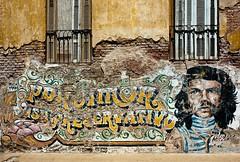 Viva La Revolution!? (TablinumCarlson) Tags: south südamerika amerika door tür buenos aires la argentinien leica m8 28mm summicron windows fenster wand wall grafitti painting che guevara ernesto rafael de serna comandante alberto korda san telmo old town patina viva revolution explore explored mural