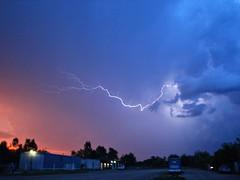 Mientras se oculta el sol va llegando la tormenta (MarinaArg) Tags: luz buenosaires rayos tormentas lightstorm