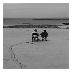 Regarder la mer, rester la journe entire ici... (objet introuvable) Tags: sea people blackandwhite bw mer beach water monochrome vacances sand couple holidays noiretblanc nb panasonic plage lumixgx8
