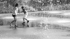 Nice - Dancing in The Rain (Synopsis --- Ynosang) Tags: bw water monochrome mono nice eau sony nb 40mm alpha fontaine a7 foutain jeux hexanon synopsis ynosang