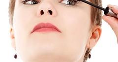 """Sie schminkt sich. Oder genauer: Sie tuscht ihre Wimpern. • <a style=""""font-size:0.8em;"""" href=""""http://www.flickr.com/photos/42554185@N00/27528778765/"""" target=""""_blank"""">View on Flickr</a>"""