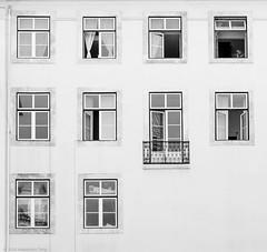 Lisboa - 10 janelas (terry_ale) Tags: windows portugal monochrome monocromo 10 lisboa bn biancoenero janelas lisbona finestre