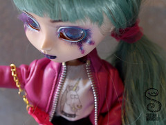 FA Pullip Sparkles (Nepenthe (Sutura Workshop) - NEW ACCOUNT!) Tags: girl leather rock electric metal sparkles hair eyes punk doll natural guitar alt ooak makeup lips chips full plastic jacket rocker 80s kawaii faux glam groove pullip custom decora fc eyebrows lids custo alternative fa adoption tanned eyelids mueca realistic nepenthe maquillaje sutura faceup suturaworkshop miokit xxxtrasmall