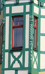 (:Linda: (OFF)) Tags: window germany town thuringia halftimbered jugendstil erker historismus eclecticism hildburghausen andreaskreuz historicism grnderzeit cruxdecussata eklektizismus historizismus franconianpillar standrewscross