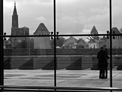 Terrasse, muse d'Art moderne de Strasbourg (Quentin Verwaerde) Tags: b bw window glass girl smile museum laughing couple cathedral terrace geometry pair w terrasse muse cathdrale division sourire petitefrance rire vitre jeunefille gometrie verwaerde quentinverwaerde