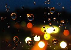 IMG_6718 Regentropfen /Night Rain (Traud) Tags: bayern bavaria deutschland germany regen regentropfen drops tropfen strasenlampen bluehour blauestunde raindrops window fenster