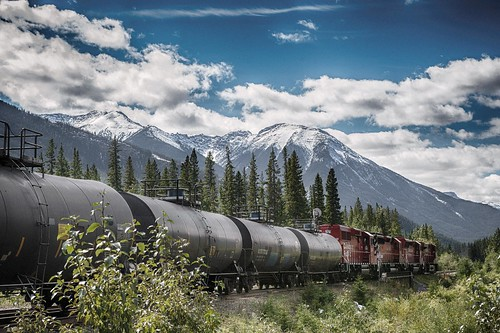 Scenic Image of Traveling Train and Mountains / Paysage de montagnes et d'un train en mouvement
