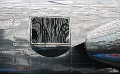 "North American B-25 J ""Mitchell"" (Marie Kappweiler) Tags: reflection salzburg window metal silver europe shine fenster flight flugzeug fentre spiegelung reflets redbull mirrow flyingbulls b25 hangar7 salzbourg nieten avrion"