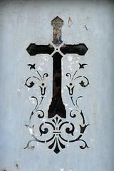Cimetire du Pre Lachaise (denisbaud) Tags: crucifix tombe cimetire