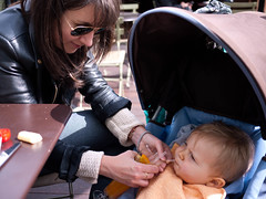 Du jus d'orange pour Jules (Dahrth) Tags: baby london stroller mother londres orangejuice maman bb bugaboo mre jusdorange microfourthirds panasoniclumixgf1 lumix20mm 20mmpancake gf120 lumixmicroquatretiers lumix43