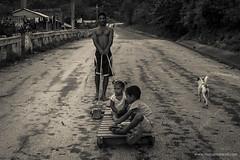 giocare ....  - play .... (www.massimonicoli.com) Tags: children foto play bambini cuba nios jugar carretto carretilla fotografa fotografare giocare barrowphotophotograph