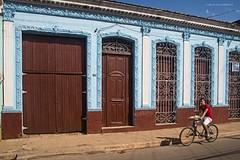 House in Remedios (Jean Ka) Tags: door blue windows brown bicycle azul facade puerta fenster cuba bicicleta bleu ventanas porte braun blau bicyclette marron tr faade kuba fentres colonialquarter