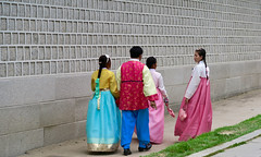 Herd of Hanboks (Mondmann) Tags: travel people colors wall walking gate colorful asia culture palace korea seoul hanbok tradition multicolored southkorea rok gyeongbokgung gyeongbokpalace koreans gwanghwamun strolling eastasia kwanghwamun republicofkorea traditionalclothing kyungbokpalace kyungbokgung northeastasia mondmann canonpowershotg7x