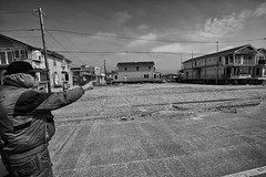 Seis meses depois do furaco Sandy ... (galeriapt.gaudiumpress) Tags: blackandwhite usa newyork aftermath unitedstates sandy northamerica estadosunidos breezypoint damages norteamerica superstorm sandystorm gustavokralj gaudiumpress