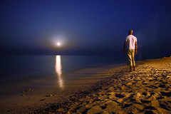 Moonrise romance (Robyn Hooz) Tags: red sea portrait moon water night self canon eos is long exposure mare waves egypt romance luna shore stm rise efs spiaggia notte egitto onde 18135 550d sorgere robynhooz
