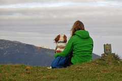 "Reto ""personas de espaldas"" (Ru GarFer) Tags: dog mountain wind bruce country viento perro rest spaniel monte bizkaia basque euskadi vizcaya descanso epagneul bretn mendibil"