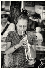 Jeune fille  la trompette (Trumpet Girl) (Joanne Levesque) Tags: summer bw musician girl montreal candid streetphotography trumpet nb t youngwoman streetmusician jeunefille trompette musicienne photographiederue nikond90 muralfestival2016