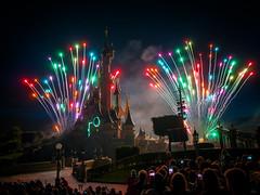Smartphones au Disneyland's Fireworks [Explore] (Alexandre LAVIGNE) Tags: france public lumière couleurs disneyland disney gr foule eurodisney nuit château ricohgr ambiance spectacle smartphones feudartifices louisengival
