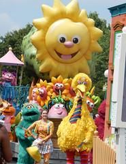 parade at sesame place (pompomflipflop) Tags: sesameplace sesamestreet parade bigbird