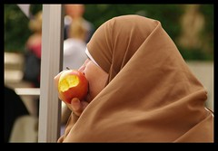 JUNI1219 (Leopoldo Esteban) Tags: apple fruit de manzana le rue dans pomme bruxellesbrussels defendu leopoldoesteban fashionmujermujeresfemmewomanle streetbruxellesbelgiquebelgicabruselasbrusselsbelgiumstreetstraatfemmefemmesmuslimafricaafriqueafricafricanafricanaafrican