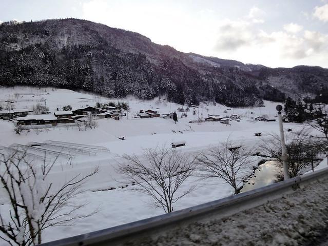 いつもは長閑で暖かな雰囲気の里山の風景も、雪で覆われている。|