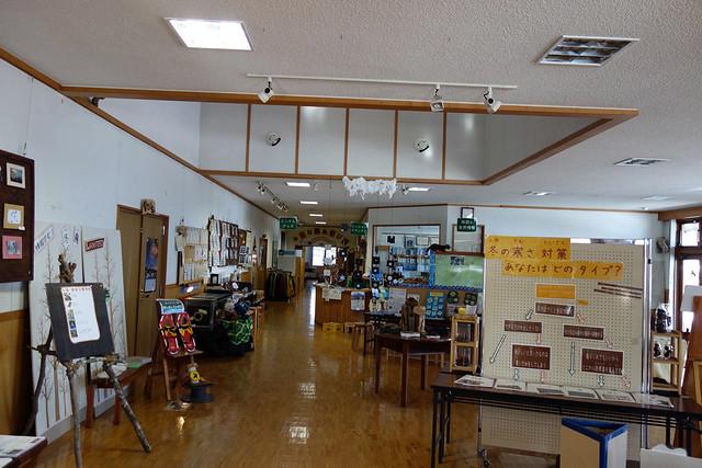 中は所狭しと展示物が置いてあります。|山梨県立八ヶ岳自然ふれあいセンター