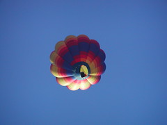 P9190007 (bratispixl) Tags: germany licht oberbayern heisluftballon olympus tele schatten farben fahrt chiemgau lichtwechsel landeanflug traunreut luftfahrzeug luftraum brennerflamme stadtrundweg bratispixl senkrechtfotografiert belichtungsproben