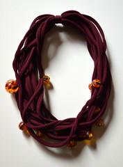 calze bordeaux e ciondoli di una vecchia collana