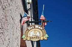 Der Man Shoppe, Leavenworth, WA (SomePhotosTakenByMe) Tags: city vacation usa sign shop america washington store unitedstates flag urlaub laden schild stadt amerika fahne flagge geschäft leavenworth bavarianvillage derman