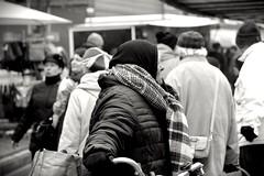 In Soltau 2015 (Rüdiger Stehn) Tags: europa mitteleuropa deutschland germany norddeutschland niedersachsen soltau winter innenstadt stadtmitte markt bauwerk stadt profanbau schwarzweis blackandwhite bw blackwhite menschen leute 2000er monochrom gebäude canoneos550d