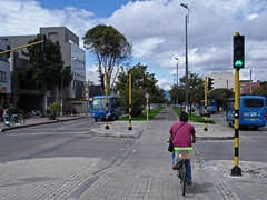 No. 1115 - 27 de mayo/16 (s_manrique) Tags: bus postes calle bogot ciclista sitp cicloruta