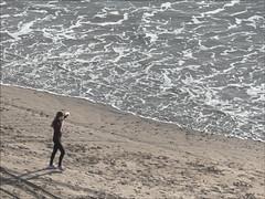 Oteando el mar. Cortadura (gus_donosti) Tags: beach chica playa paseo shore cadiz cdiz orilla espuma cortadura
