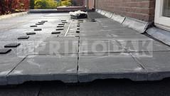 Dakdekker: Dit bestaand plat dak voorzien wij van drainage tegels. Met deze tegels gelegd op rubberen matjes maken wij een tegelpad om beschadigen aan de dakbedekking bij lopen op het dak te voorkomen