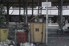 ironi indonesia (pegangkamera) Tags: tempat singaraja umum sampah