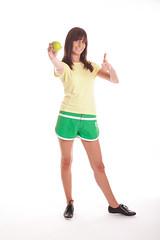Frau mit Apfel - Daumen hoch (bemedia123) Tags: sport essen jung ab frau fitness apfel mdchen fit dnn haare hintergrund obst glcklich dit weiser daumen gesundheit sportlich hoch weis aktiv junges ernhrung abnehmen freigestellt gesunde freisteller braune krperspannung kalorienarm hlt sportliche nimmt sporthose sportsachen