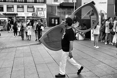 image (Luis Iturmendi) Tags: madrid street people blackandwhite bw blancoynegro monochrome glasses monocromo calle funny gente streetphotography gafas divertido