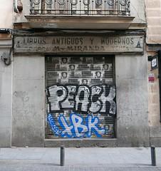 Libros antiguos y modernos (neppanen) Tags: madrid graffiti spain antiguos storefront libros espanja modernas peack discounterintelligence sampen