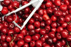 Viimased kirsid (anuwintschalek) Tags: red summer rot home june austria cherries sommer 40mm niedersterreich kodu suvi 2016 zange wienerneustadt micronikkor punane nikond90 kirsid tangid kirschentkerner kirsikivitangid