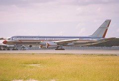 47ar - American Airlines Boeing 757-223; N679AN@SXM;02.02.1999 (Aero Icarus) Tags: slidescan plane avion aircraft flugzeug americanairlines boeing757 n679an sxm saintmartin princessjulianainternationalairport